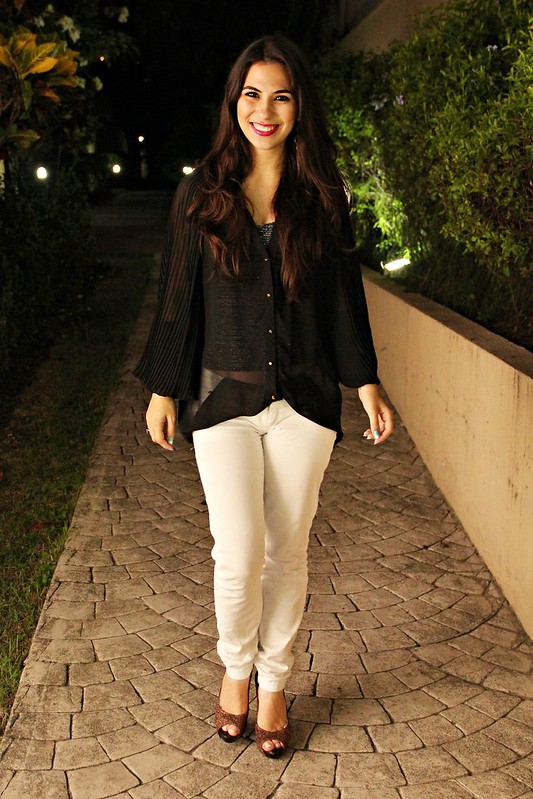 Juliana Leite look de outono blusa transparente preta glitter sapato salto alto calça branca maquiagem batom uvita quem disse berenice?