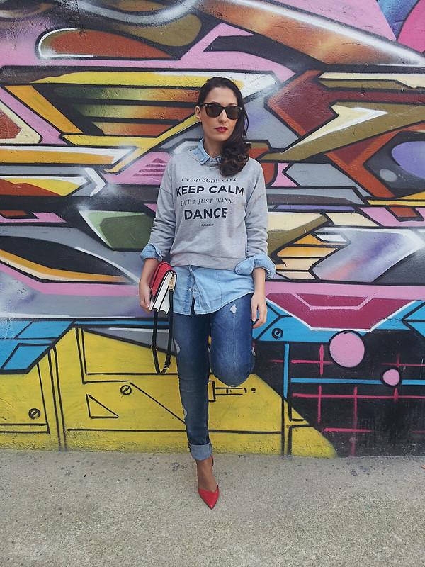sudadera gris con print, total look denim, camisa vaquera, jeans rotos, rojo, grey sweatshirt with print, hoodie, total denim look, denim shirt, ripped jeans, red, Pull & Bear, Bershka, Stradivarius, Zara, Ray – Ban, MAC