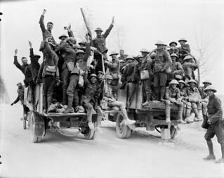 Jubilant Canadian soldiers return to their billets after the Battle of Vimy Ridge, May 1917 / Canadiens en liesse qui retournent dans leur cantonnement après la bataille de la crête de Vimy, mai 1917