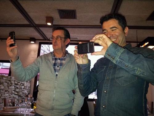 Iñaki Eguino , camara nos saca foto a Kike Biguri y servidor by LaVisitaComunicacion