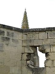 Septmonts (château) mur d'enceinte percé et clocher 6076