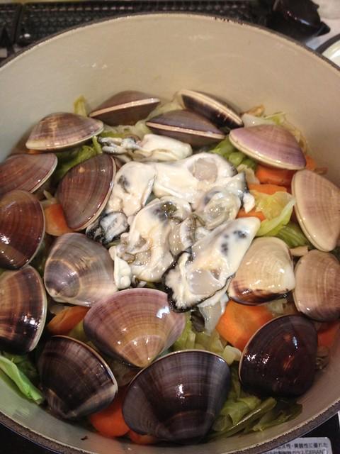 ハマグリと牡蠣の酒蒸し