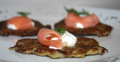 26 - Pfannkuchen mit Räucherlachs & Sour Cream / Pancakes with smokes salmon & sour cream - CloseUp