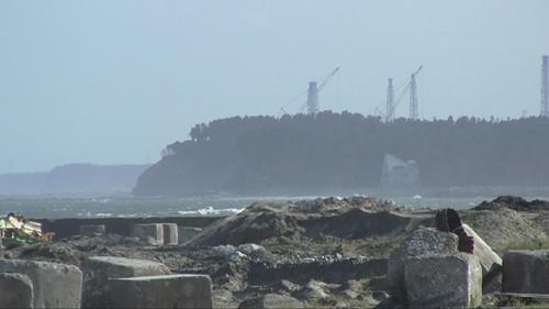 webdice_海岸から原発の排気塔を見る