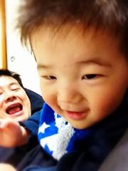 お父さんによじ登ってニヤリとするとらちゃん(2012/4/23)