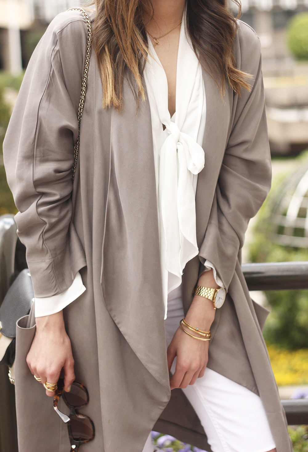 grey and white outfit trench spring streetstyle sunnies nude heels ripped jeans25