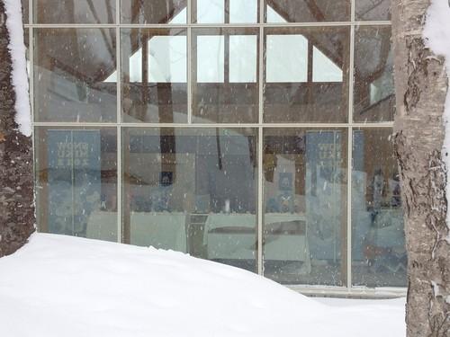 裏から見た準備中の雪ミク展示会場