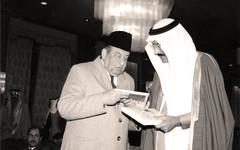 يهدي ديوانه للرئيس بدر بن أحمد موحسن
