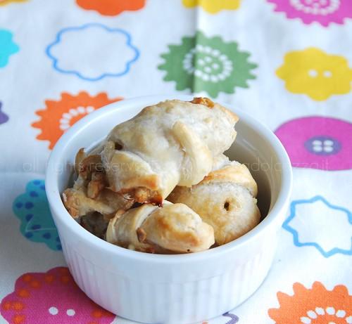 cornetti di sfoglia con noci pere e gorgonzola