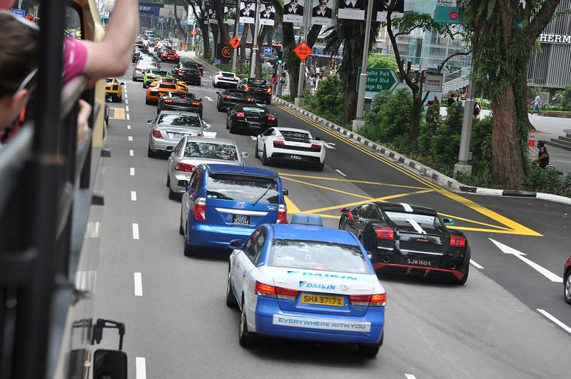 Колонна Lamgorghini и Ferrari на Орчард роуд в Сингапуре