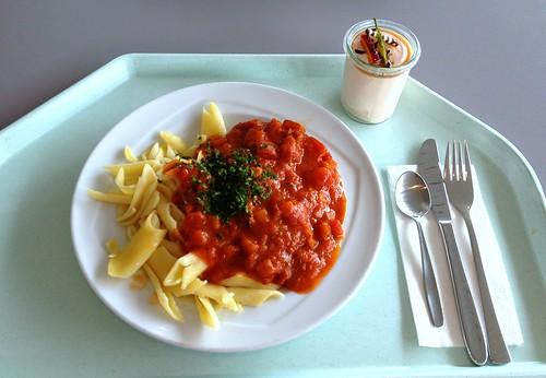 Salbeigeschmortes vom Kalb mit Tomaten-Basilikumsugo & Butternudeln / Sage roasted veal wit tomato basil sugo & butter noodles