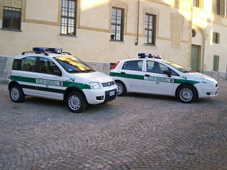 городской полицейский автомобиль