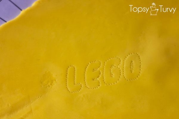 lego-head-cake-tutorial-logo-cutting