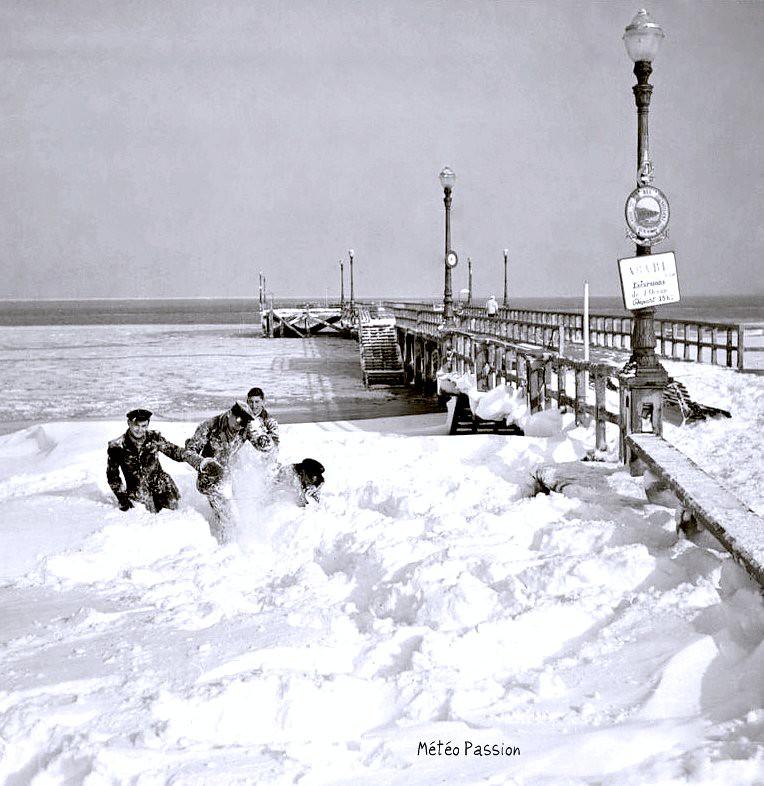 plage d'Arcachon sous la neige et jetée sur le bassin gelée, lors de la vague de froid de février 1956 météopassion