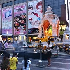 伊勢丹前で恋愛成就を祈る女の子たち #Thailand