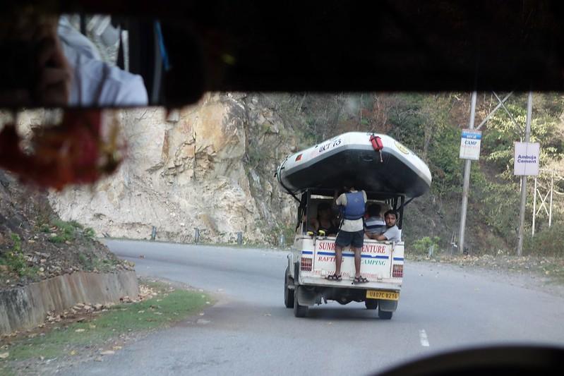 ラフトを頭で支えるテクニシャンなインド人
