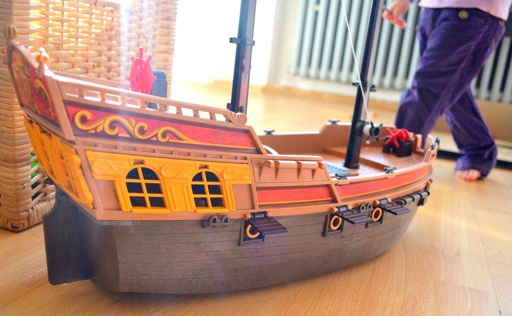 Mamapirat hat es tatsächlich geschafft das Schiff zu montieren, jetzt fehlen nur die Kleinteile.