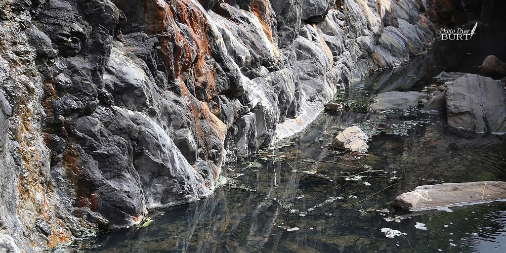 岩壁流下的溫泉匯聚成池。