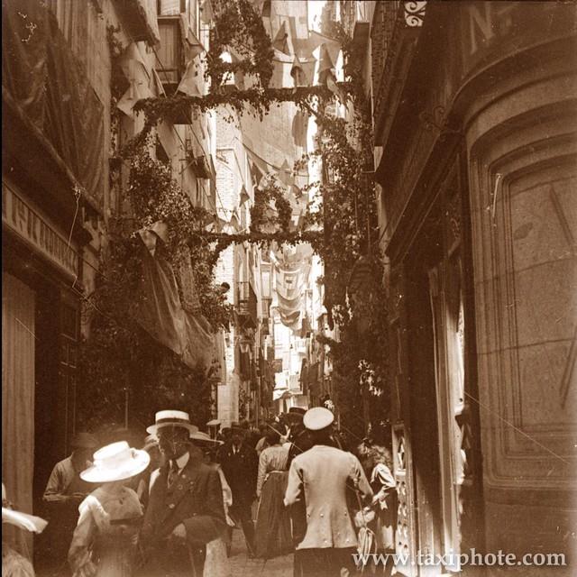 Calle de Martín Gamero engalanada para la procesión del Corpus en los años 20. Fotografía de José Villar Martelo