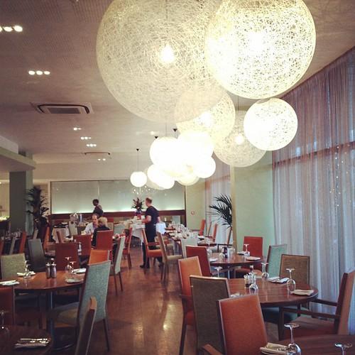 Lampu-lampu bulat di cafe Ramada Hotel