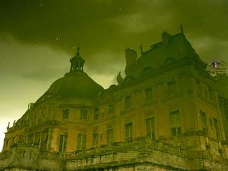 Dans les douves... Un château ;-)