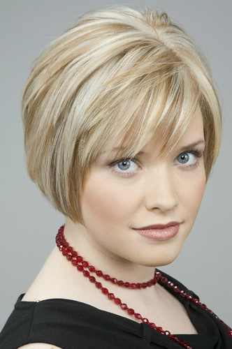 Short blonde hair with highlights by colourauthority.com