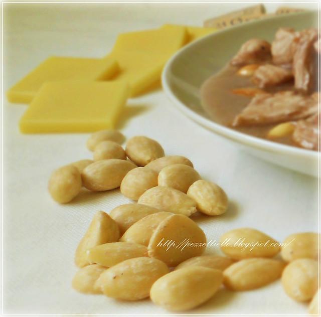 Pollo con le mandorle al burro di cacao