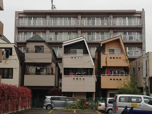 斜めの屋根の家