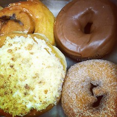 doughnut, breakfast, baking, ciambella, baked goods, food, gugelhupf, dish, dessert, cuisine, snack food, bagel,
