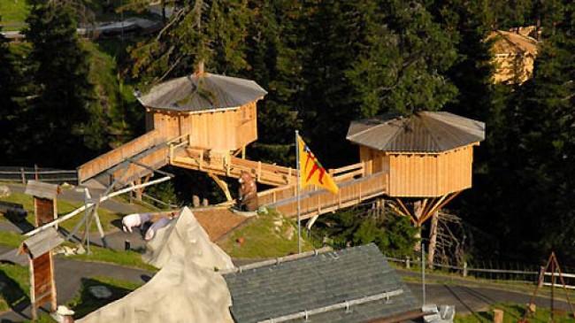 """Klosters - první """"hotel na stromě"""" ve Švýcarsku"""