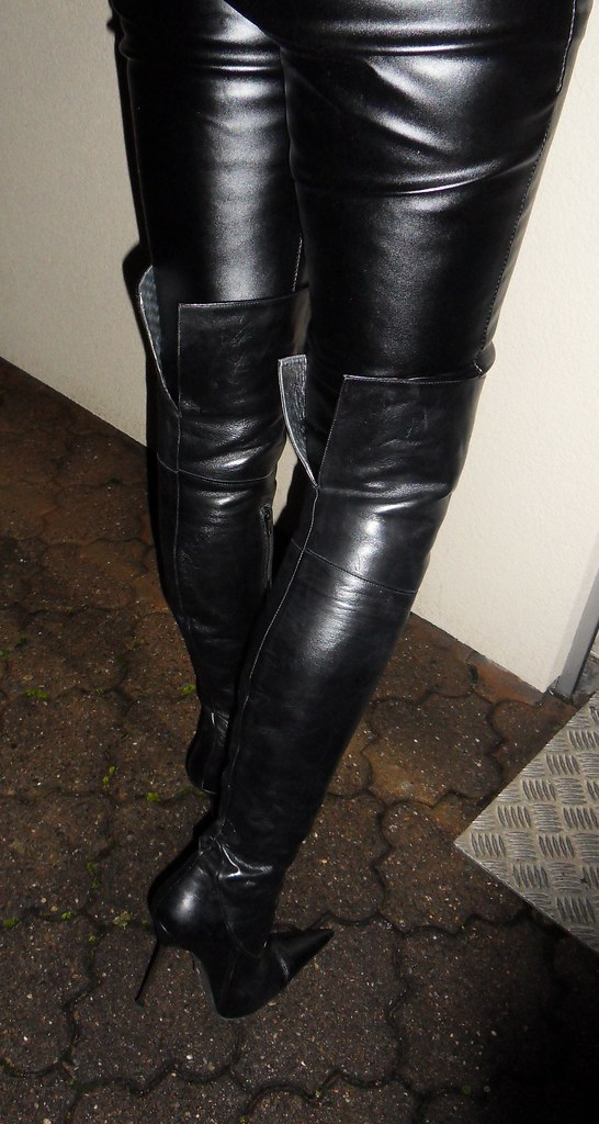Invitation to a dinner with friends. Rosina's choice: leather ...