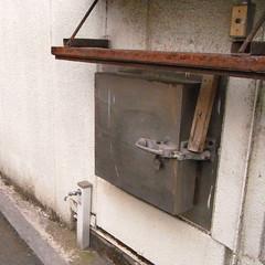 固く閉ざされた鉄の扉