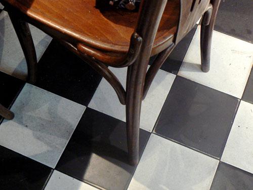 carrelage et chaise.jpg