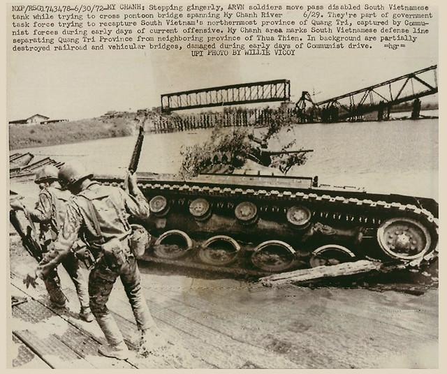 binh sĩ Nam VN vượt sông Mỹ Chánh gần Quảng Trị