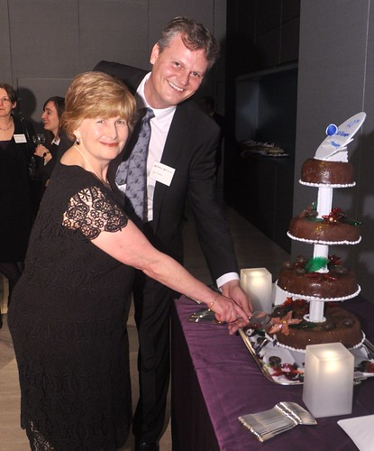 2010 President Darron Chapman and past president Veronica Kennard cut the cake at SLA Europe's 40th anniversary reception