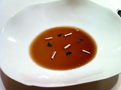 Parmesano (30 meses) cuajado, lágrimas de trufa, pan crocante y shiso verde