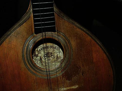 guitarra toca baixinho.... by @uroraboreal