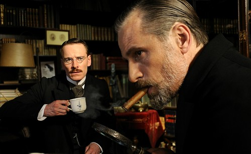 Jung (Fassbender) egyik magánbeszélgetése Freud-dal (Mortensen)