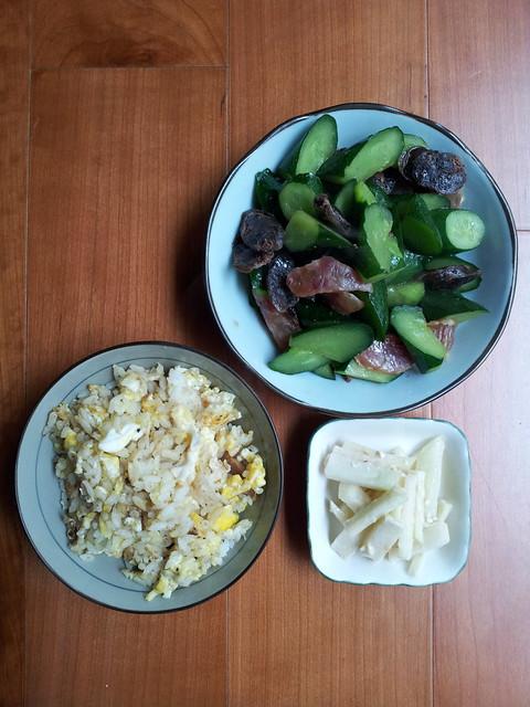 20120224. 午餐。蕎安專攻小黃瓜。