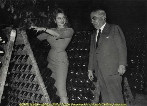 Una hermosa modelo italiana participó  en una campaña de promoción de los cavas Canals y Nubiola, hacia 1957. by Octavi Centelles