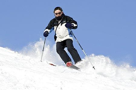 César, de Alea Ski, esquiando