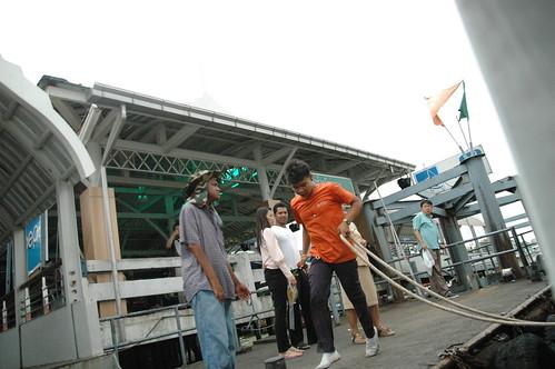 桟橋に着くと兄ちゃんが飛び移ってロープで固定
