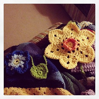 The flowers are all sewn on; now for the rest of the tiny #attic24 hearts that are being leaves for the garland #crochet #daffodilboy