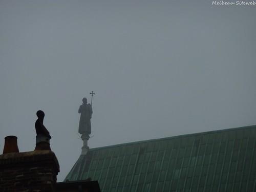 Chartres cathédrale en brume matinale