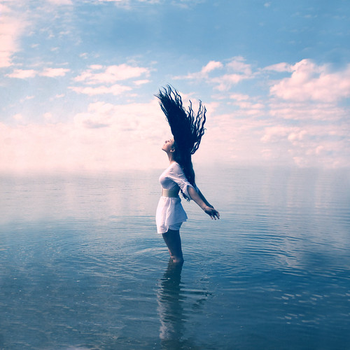 [フリー画像素材] 人物, 女性, 人物 - 横顔・横を向く, 人物 - 海, 髪がなびく, 青色・ブルー ID:201203111800