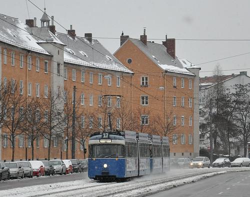 Wagen 2028 braust dem Bahnhof Giesing entgegen