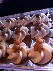 Snickerdoodle cupcakes with teddy bear cookies by Rachel from Cupcakes Take the Cake