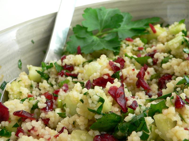 Couscous-Salat mit Gurken & Cranberrys