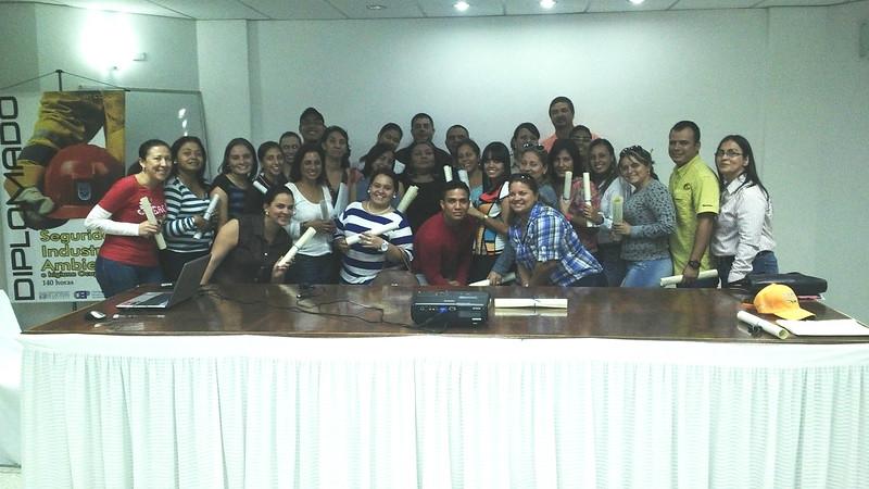Ing. Catherine Nava, miembro de la Junta Directiva del CIDET junto a los egresados del Diplomado de Ingeniería en Construcción, Control y seguimiento de Obras. Valera - Venezuela