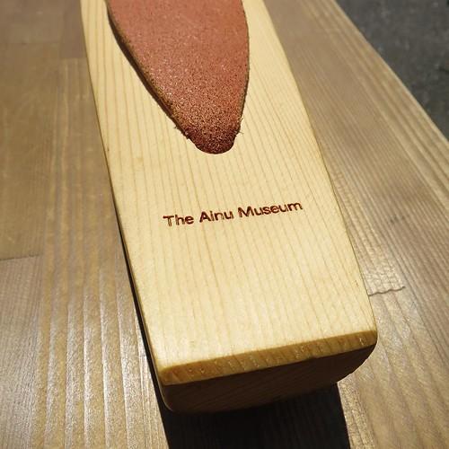 レーザー彫刻で文字が入ってたりして、格好いい。 #アイヌ民族博物館 #ポロトコタン #トンコリ